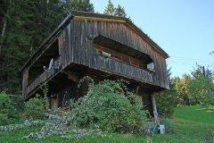 Baumschnitt vor der Hütte im Spätsommer